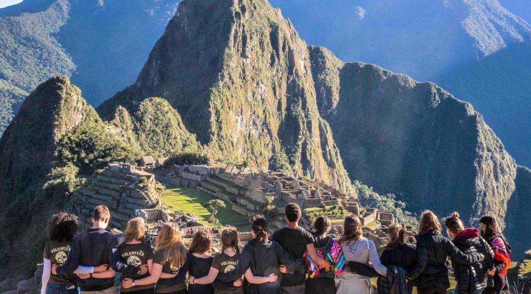 Estudiantes en un año sabático antes de la universidad visitan Machu Picchu durante su voluntariado.
